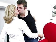 Seksikäs kypsä äiti munaa hänen poikansa & s ystävä